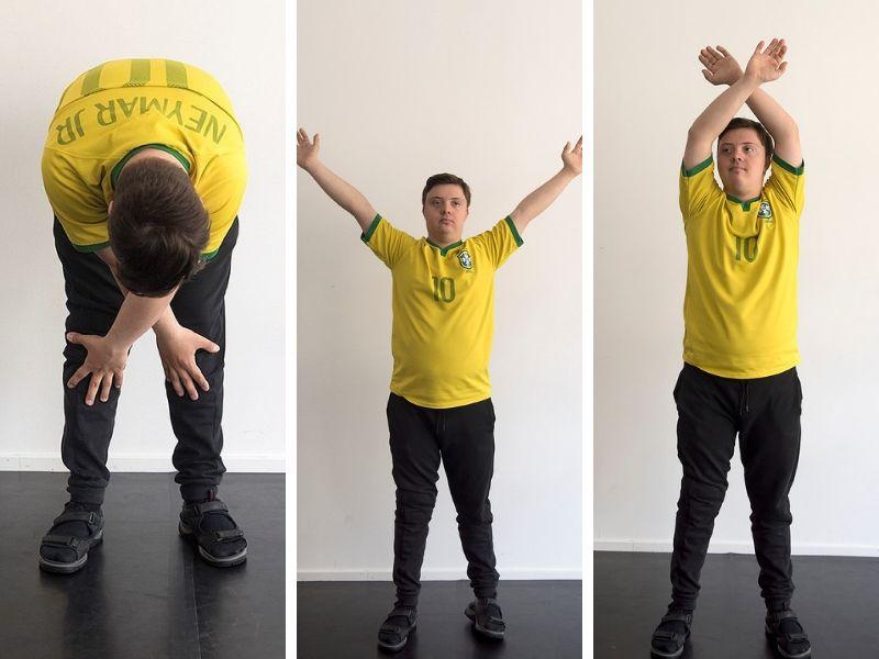 En man lyfter armarna ovanför huvudet och sänker dem korsade mot knäna.