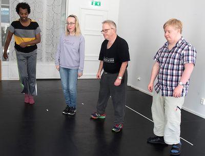 Fyra personer står och flyttar sina fötter i sidled