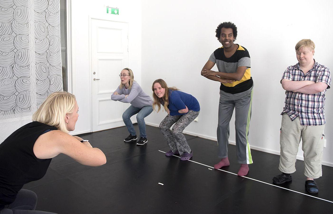 Fyra personer tränar med instruktör