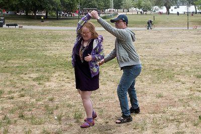En man och en kvinna dansar utomhus.
